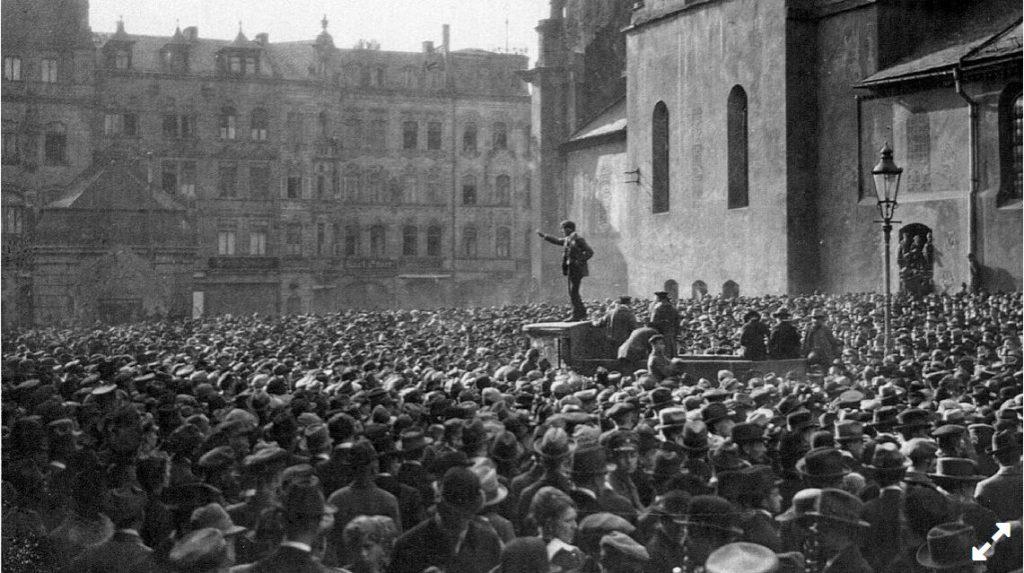 7. April 1919, nachmittags um 4 in Würzburg zwischen Dom und Neumünster: Der Revolutionär Anton Waibel ruft die Räterepublik aus. (Foto: Stadtarchiv)