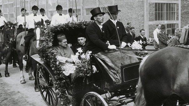 Bischof Julius Döpfner in der Kutsche in Ochsenfurt, dahinter Reiter aus Hopferstadt