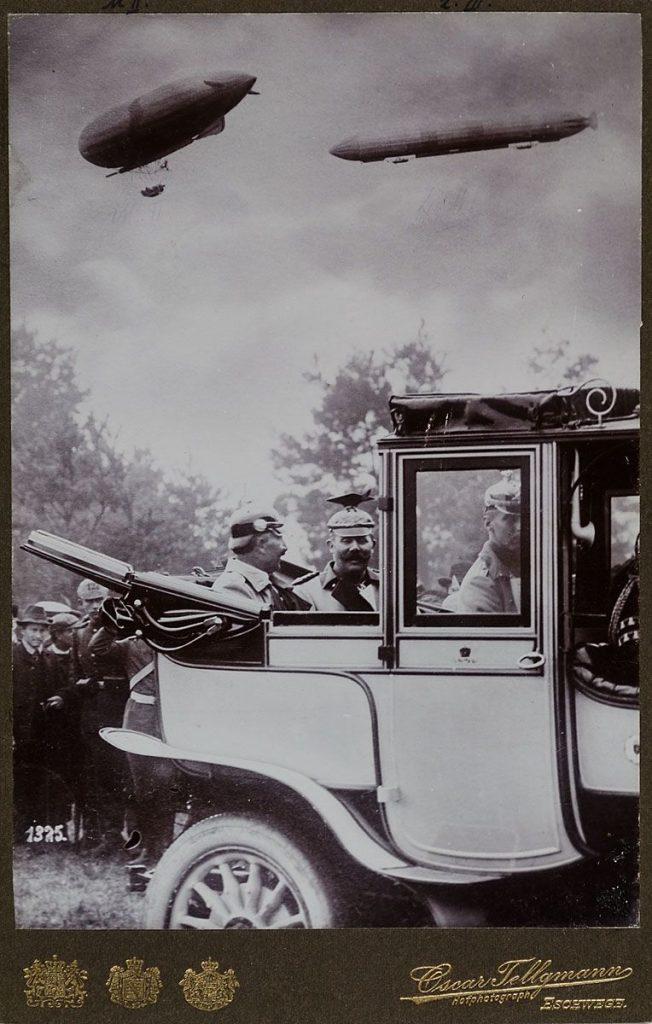 Kaisermanöver 1909 mit Kaiser Wilhelm II., Erzherzog Franz Ferdinand von Österreich und Zeppelinen. (Quelle: Museum für Kunst und Gewerbe Hamburg)