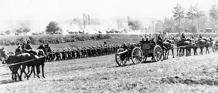 Truppenaufmarsch beim Kaisermanöver im Taubertal, 1909. (Quelle: Sammlung Büttner)
