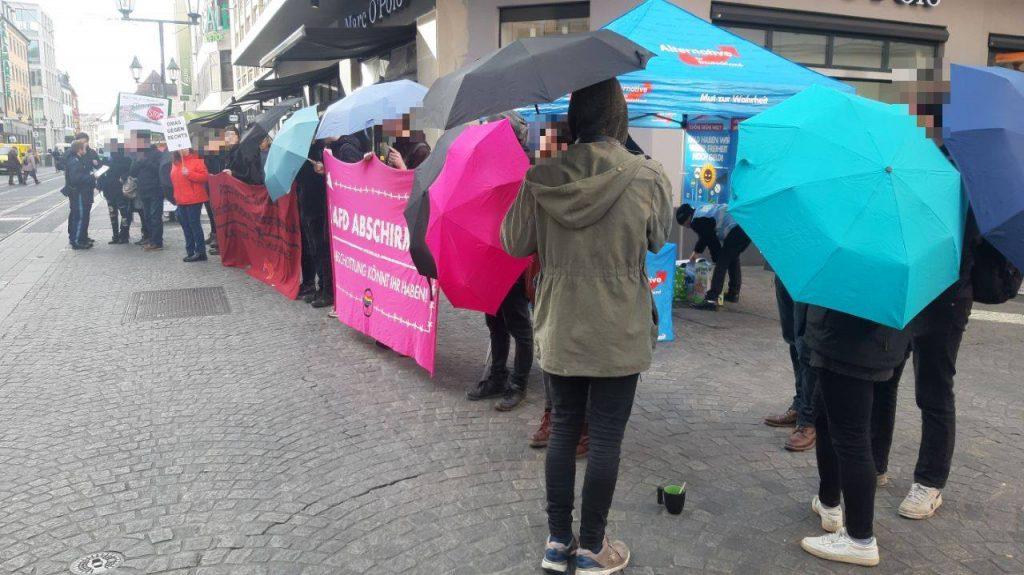 Ein Wahlkampfstand der AfD wird abgeschirmt, in der Schönbornstraße in Würzburg.